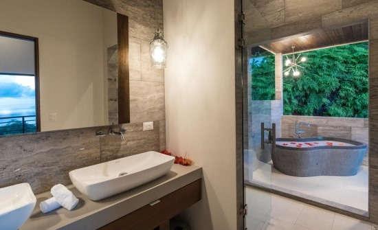 Casa Resol master bathroom